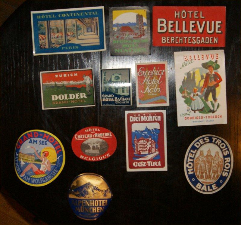 Konvolut von 12 historischen Hotel-Papierplaketten aus den 1950er (?) Jahren.