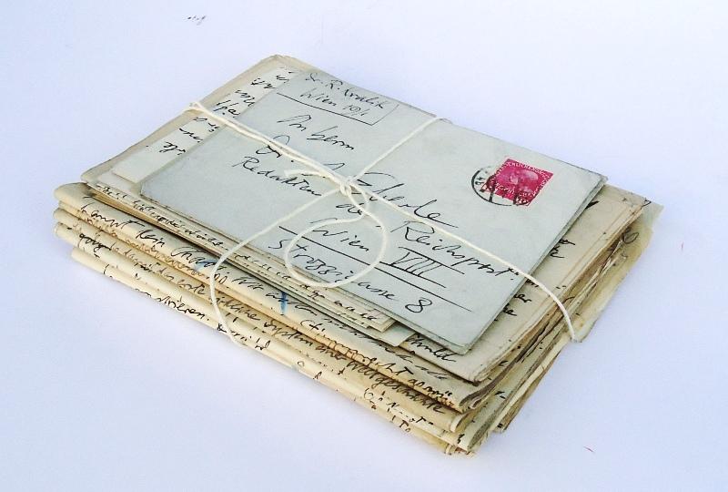 Konvolut bestehend aus 9 Manuskripten, 7 Briefen und 8 Postkarten.