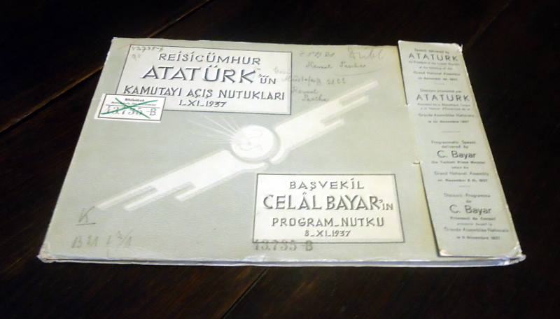 Reisicümhur Atatürk'ün kamutayi acis nutuklari 1-XI-1937. Bavekil C. Bayar'in program-nutku 8-XI-1937. (...) Text in Turkish, English and French.
